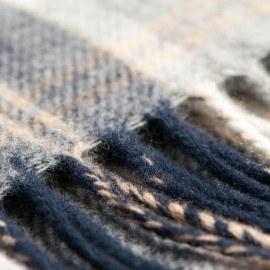 Grå skotskrutig halsduk
