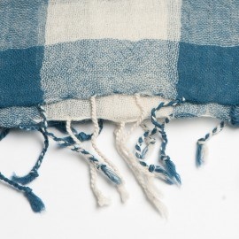 Rutig blå och vit halsduk i ull