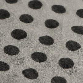 ljusgrå halsduk med beige prickar