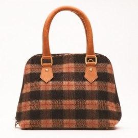 Brun väska i läder och ull i rutig mönster